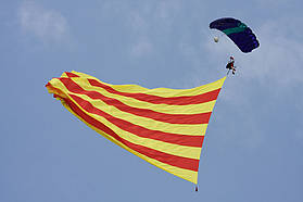 Skydiver brings down the Catalunya flag
