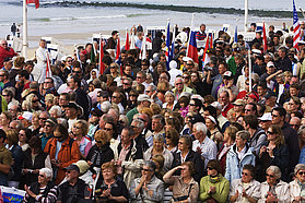 Sailors swamped by crowds at the opening ceremony