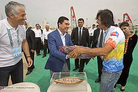 Jimmy Diaz exchanges gifts with the President of Turkmenistan