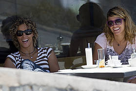 Iballa Moreno and Silvia Alba take a coffee break