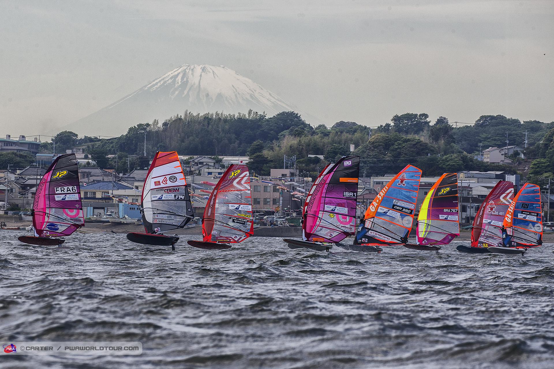 JP18_fl_Mount_Fuji_looms.jpg