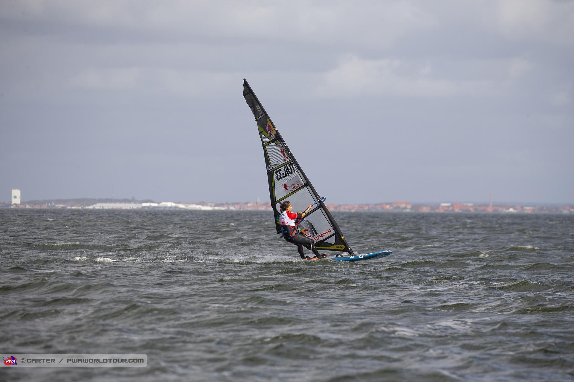 HV19_sl_Lena_flying.jpg